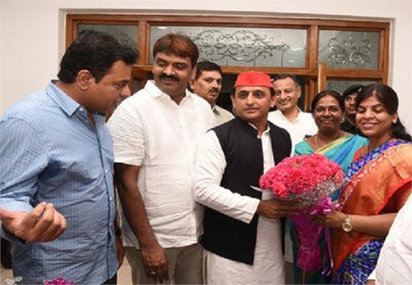 akhilesh arrives in hyderabad to meet telangana cm rao