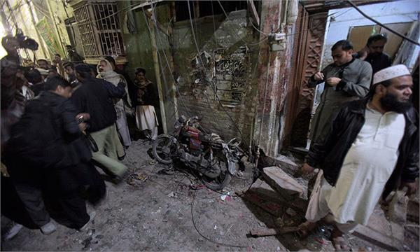 pakistan bomb exploded in motorcycle policeman s death