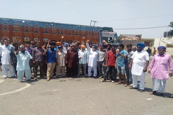 truck operators slogan due to poor management of fci department in tanda