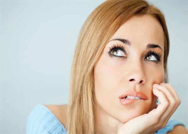 होंठों को चबाने के अलावा ये 5 आदतें बिगाड़ रही हैं आपकी Beauty!