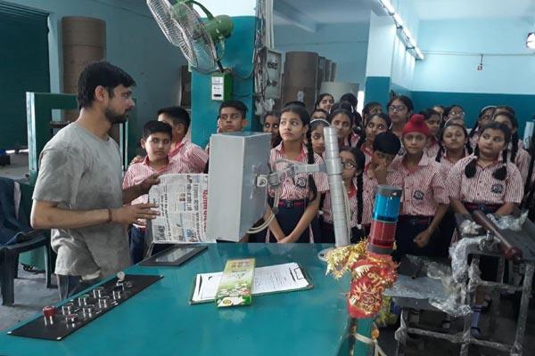 childrens get the knowledge of printing at punjab kesari office