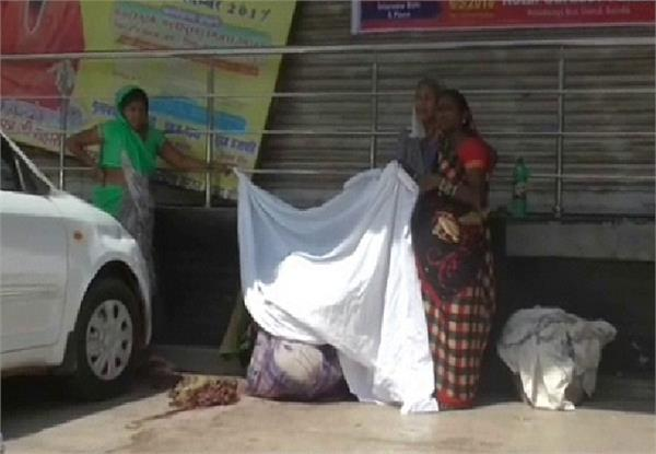 woman gave birth to a child at the clinic gate