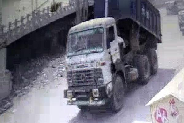 uncontrolled truck collides with 4 pillars dropped on an auto a big accident
