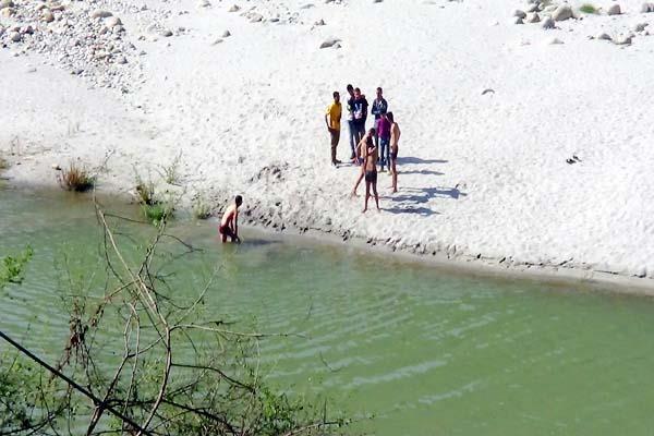 tourists coming to beas river despite the ban