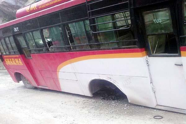 tyres turned out of moving bus  defers the big accident
