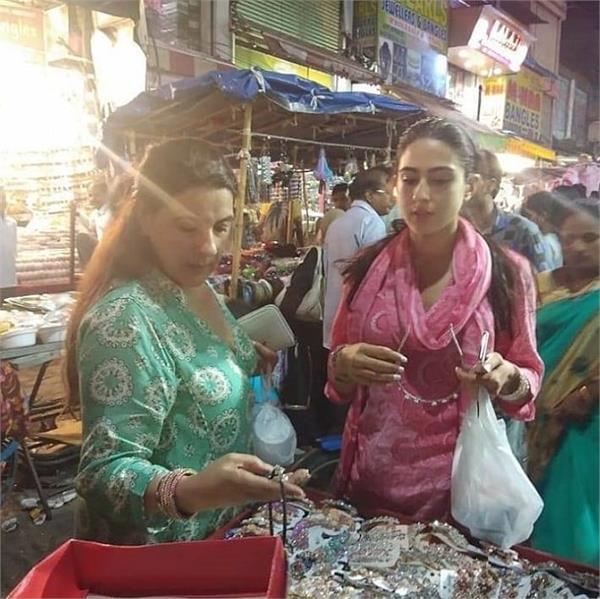 हैदराबाद की सड़कों पर मां अमृता के साथ यूं खरीददारी करती दिखी सारा अली खान