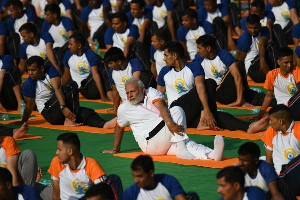 pm modi did yoga with 50 thousand peoples