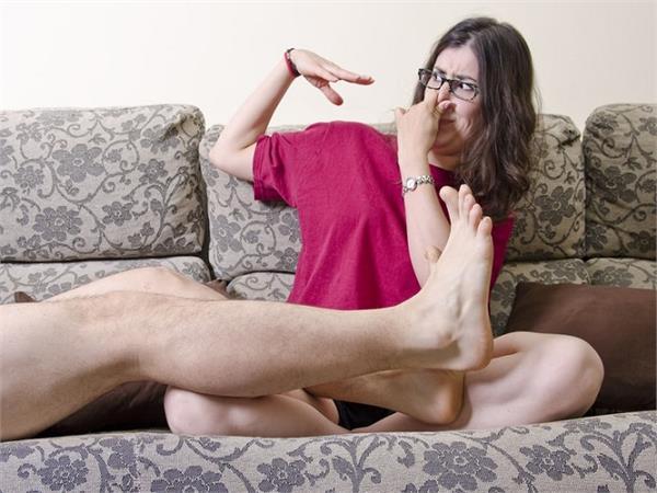 पैरों की बदबू से छुटकारा पाने के लिए अपनाएं ये घरेलू नुस्खे