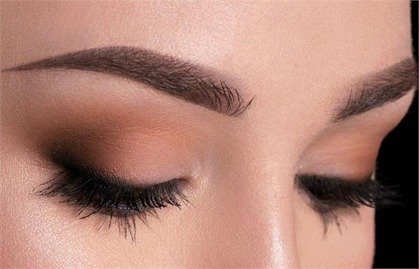 आंखों पर मेकअप प्रॉडक्ट्स लगाकर सोने से होते हैं ये नुकसान
