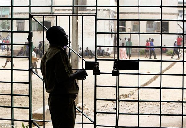 nigerian prisoner attack on imprisonment 180 prisoners absconding