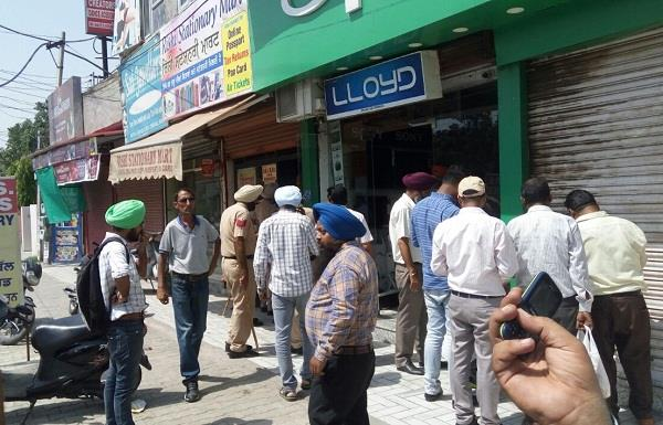 10 shops sealed by municipal corporation for not filling property tax