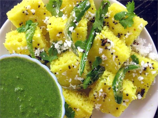 बच्चों को बना कर परोसें Microwave Gujarati Dhokla