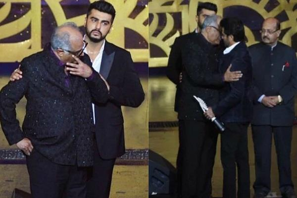 boney kapoor gets emotional when he takes the award on sridevi behalf