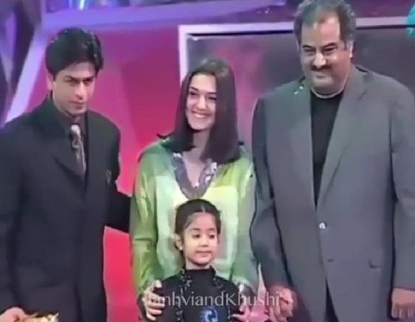 shah rukh khan gets the award from janhvi kapoor video viral