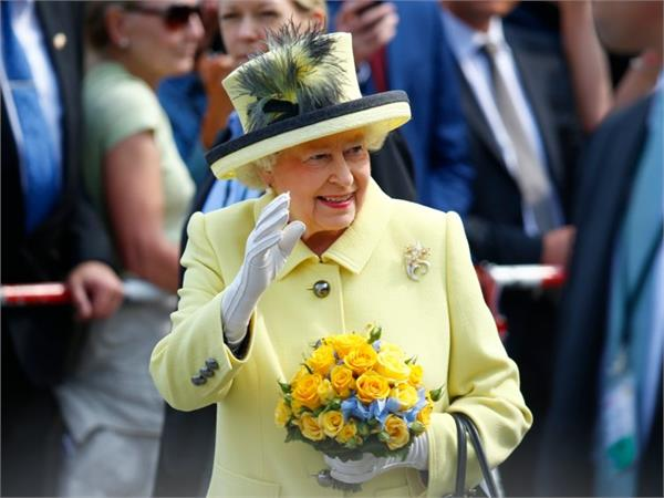 why does queen elizabeth ii always wear gloves