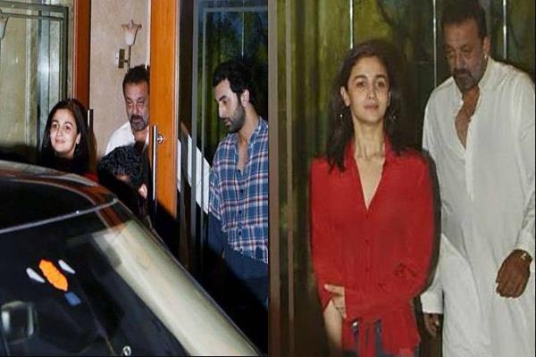 संजय दत्त के घर पर पहुंचे रणबीर-आलिया, कैमरे के सामने मुस्कुराते हुए दिए पोज