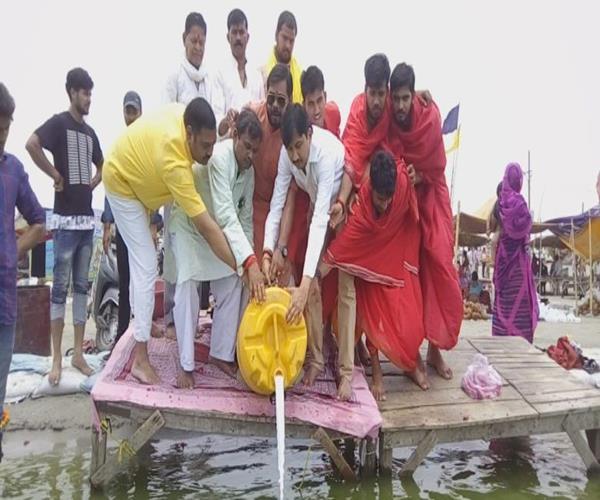 bjp workers worshiped on sangam beach for health benefits of maurya