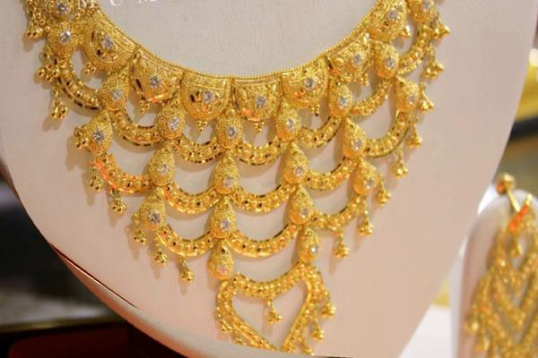gold edge higher on sustained jeweller buying silver steady