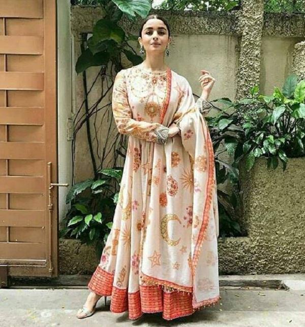 डिजाइनर तरुण तिलहानी के आउटफिट में दिखा आलिया का Desi look