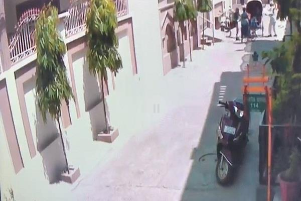 woman going rickshaw purse robbed absconding cctv footage