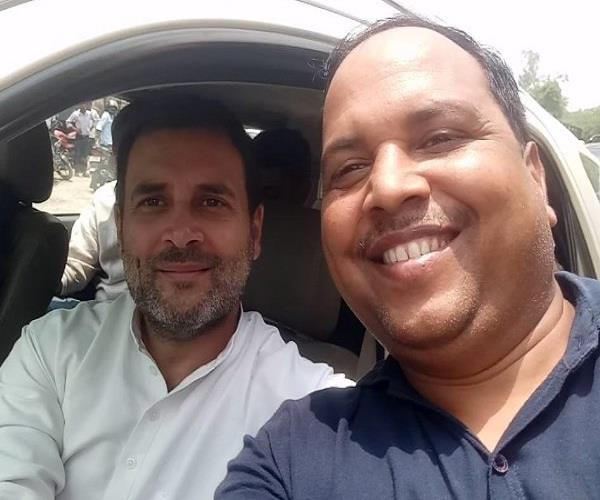 rahul gandhi called a journalist near him asked him take selfie