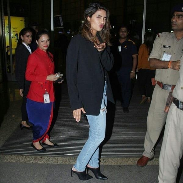 एयरपोर्ट पर देसी गर्ल प्रियंका ने अपने स्टाइल से किया लोगों को इम्प्रेस
