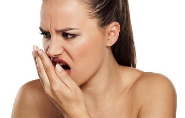 मुंह की बदबू से आपको भी उठानी पड़ती है शर्मिंदगी तो अपनाए ये 5 टिप्स