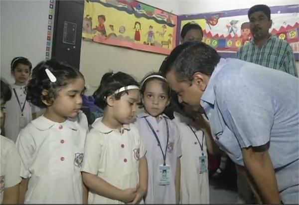 kejriwal and sisodia visit rabia public school