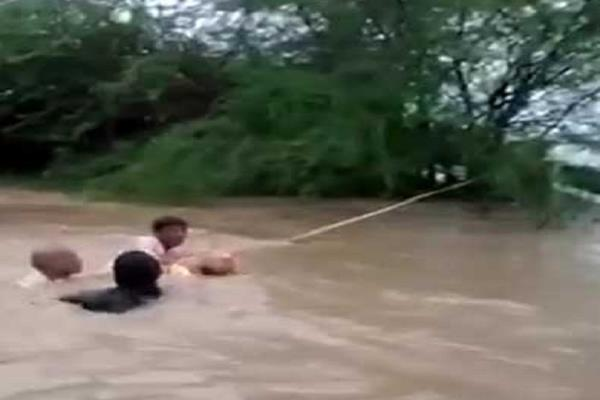 attempt to evacuate 3 people stranded in floods failed