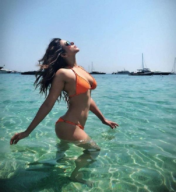 shama sikander flaunt her tonned body