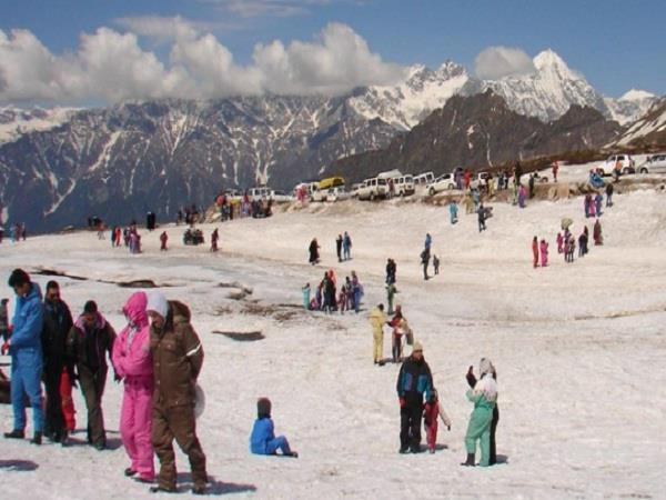 thousands of tourists stranded in rohtang without permission