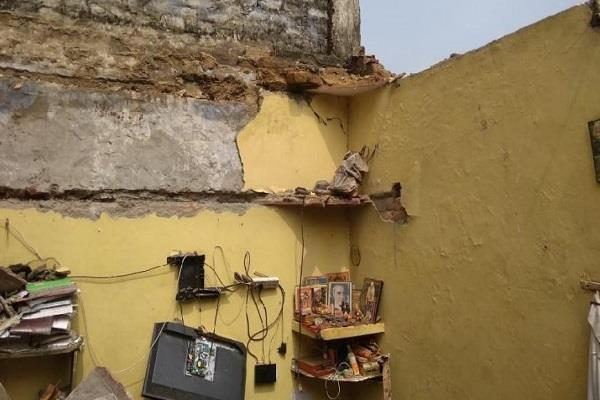 a house collapsed in dwarka