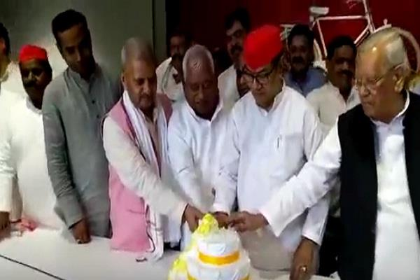 akhilesh yadav birthday celebrated with simplicity