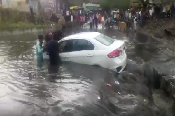 car rammed into a drain with a heavy rain people rescued the driver s life