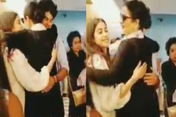 rekha hugged ishaan and janhvi kapoor
