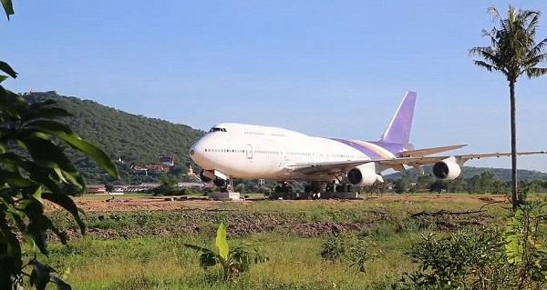 thailand people stunned when a boeing 747 turns up in a field