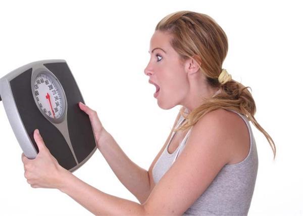 ज्यादा खाने से नहीं, इस विटामिन की कमी से औरतें होती हैं मोटी