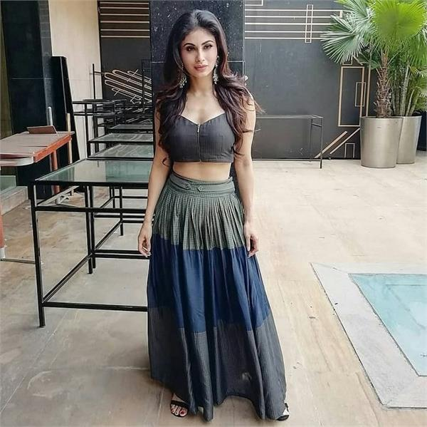 akshay kumar and mouni roy make heads turn at gold s promotions in the city