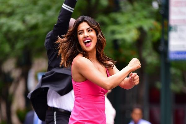 priyanka chopra will gave gifts to employees