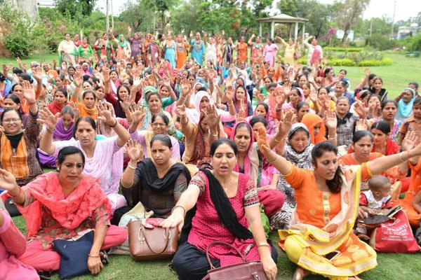 protest of anganwari workers continue in jammu