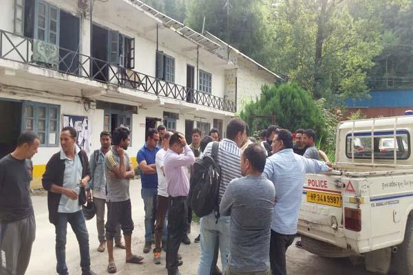 clash between rural and foreigners about pass in old manali