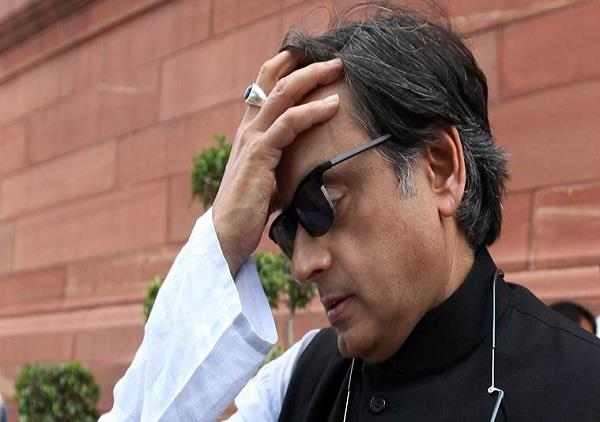 bjp workers show black flags to shashi tharoor