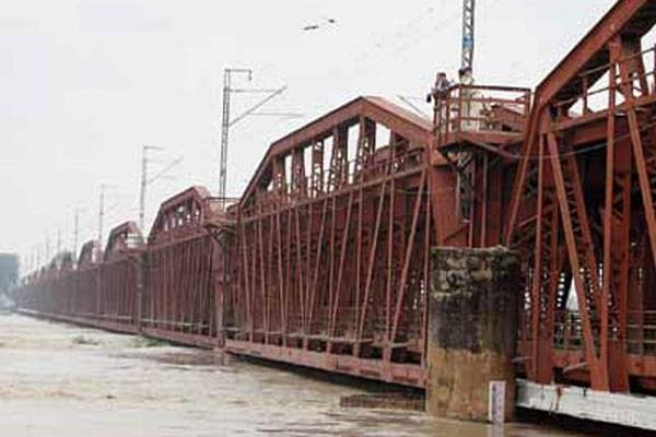 yamuna water level up traffic on old yamuna bridge closed