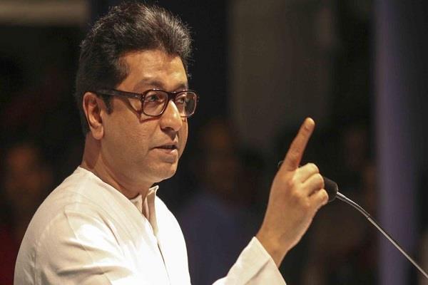 raj thackeray s simple target on fadnavis for maratha reservation
