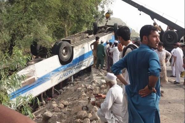 in pakistan bus collides with oil tanker 18 people die