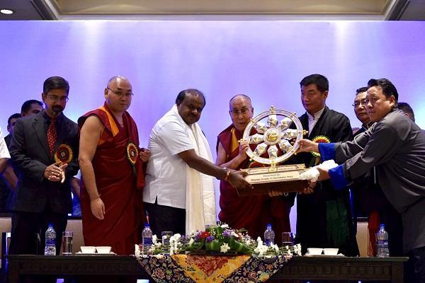 दलाई लामा ने कुमारस्वामी को भेंट किया'धर्म चक्र'