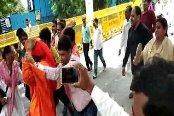 delhi police filed fir in agnivesh attack case