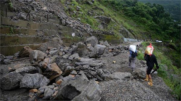 nepal 1 woman and seven children die in landslide