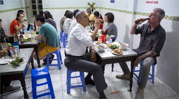 barack obama joe biden  reunite  for lunch at bakery stun customers