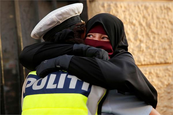 police woman and muslim hugging photo goes viral
